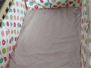 实木婴儿床,实用,方便,安全可靠,99成新,带蚊帐。低价转让。