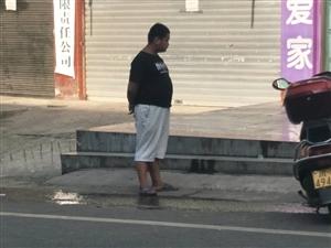 爆料:去共乐镇拖船圆通拿快递,在街边上看到一个可怜的娃。