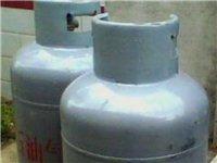 新煤气罐低价转让,里面装满了一罐煤气,没有使用过!现在低价转让!