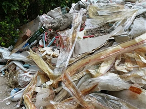 建筑垃圾堆积存安全隐患,污染环境