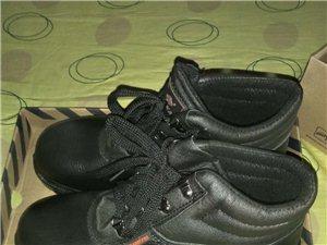 全新全皮的劳保鞋,因个人工作原因现在用不上了,低价出售150一双,只有两双。尺码41的