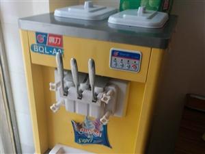 七八成新的冰淇淋机出售,赠做冰淇淋原料,看中的可以电话联系我,非诚勿扰