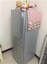 出售容声冰箱一台 750??  买回来一年都没有,外面的保护膜都没撕,要的话冰箱布和两个娃娃一起带走...