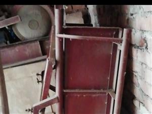 农用铁驾子车箱400元出售。