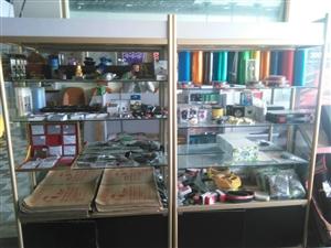 精品货架13节(带加厚玻璃),玻璃柜台(长1.6*宽0.7)八成新出售!价格面议!电话1899901...