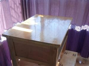 出售学生木桌十套,九成新!价格美丽。