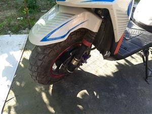小路虎摩托车  去年买的,跑了四千多公里 烟筒生锈已经喷漆,没有毛病 到手就骑,冷热一把  电瓶换的...