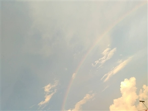 雨过天晴,出现了五颜六色的彩虹桥。