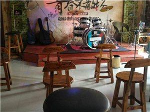 对吉他和架子鼓有兴趣的,想来学习的,来我们谣啊谣乐器培训班,价格更低,环境更好,老师很棒,哈哈,地址