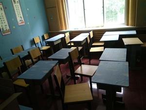 低价出售学生桌椅,有需要者请电话联系,价格可议!