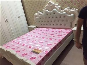 九成新室内欧式四件套,2.2米大床带床垫,六开大衣柜,一米二的大梳妆台,带两个八十公分的床头柜,因有...