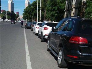 建华医院北院外车辆乱停现象严重影响交通