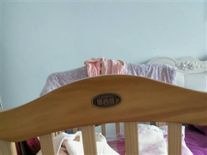 好妈妈买的。大号婴儿床。五百多买的。孩子没睡过。一直放孩子衣服了。现在转手二百。还有一个六百多买的婴...