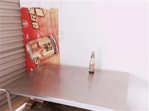 不锈钢桌子两个,真正不锈钢,私人订制的,原价680.只用一个月先处理,一个260,超大桌面,电话17...