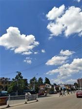 那几天的天空,虽然有点热,可是蓝天白云,晴空万里,看着心情都好