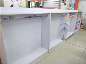 现在低价处理一批旧挂衣服的展柜,还有衣架!二十五一个衣柜!上门自取!电话17829258292微信同...