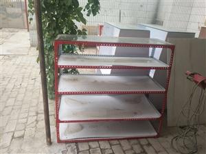 本人有玻璃柜台一组,木制中档柜台二组,铁架中档柜台二组出售,有需要的联系:电话15349079116...