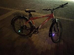 富士达自行车,8成新,没毛病,骑着杠杠得,有挡泥板铁得   车后座,26寸  21变   个人极限速...