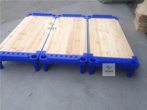 幼儿专用塑料床/幼儿园课桌低价转让