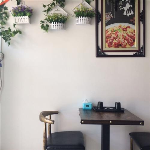 兩張大桌子,一張60×60的桌子,,一個雙卡,一個單卡,兩個牛角椅子,,用了一個月多點,店不開了,低...