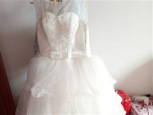 本人有一套婚纱均码,手套头纱项链头饰齐全,现低价转让,有意者电话联系 陈17868351587。