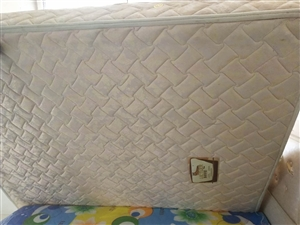 低价转让卧虎双人床垫(1.8×2)米,地址温泉小镇!自取!(有电梯)联系电话:13146113652...