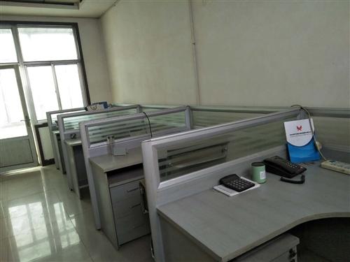 出售九成新带隔断办公桌椅,共计10套。