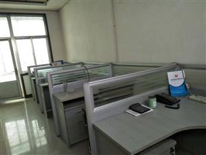 带隔断九成新办公桌椅,位于兴福钢材市场。