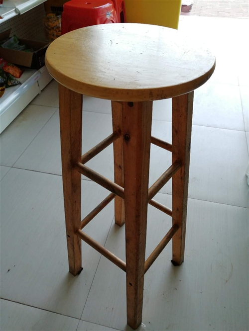 木制高脚吧台凳,有2种高度共9张,抛售,价格面谈