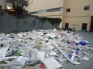 新太平洋购物中心用建筑垃圾堵车!