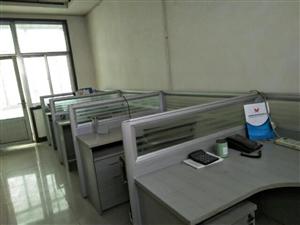 转让九成新带隔断办公桌椅,位于兴福钢材市场。共计10套