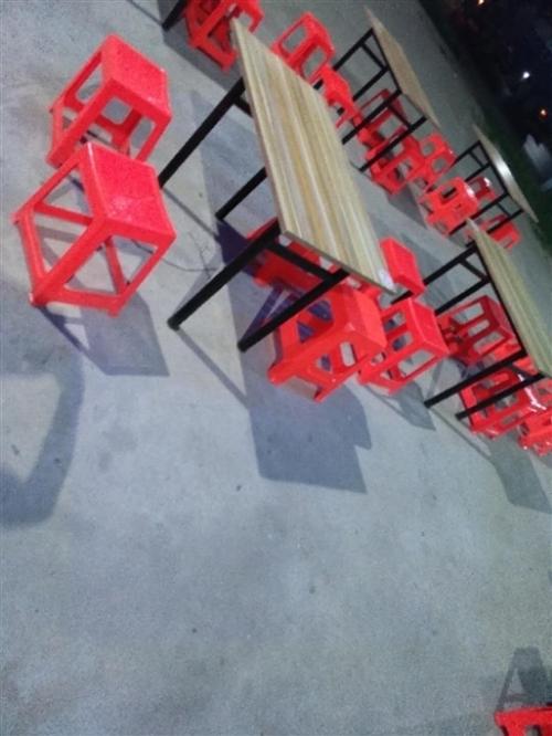 出售厚板桌子十张,尼龙凳子四十把    物美价廉   有看上的联系我