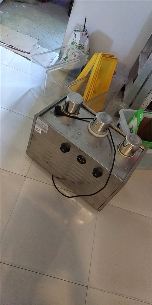 只用了4個月的三缸冷飲機轉讓,另求購二手油炸機(炸雞柳雞翅用),電話18870402184