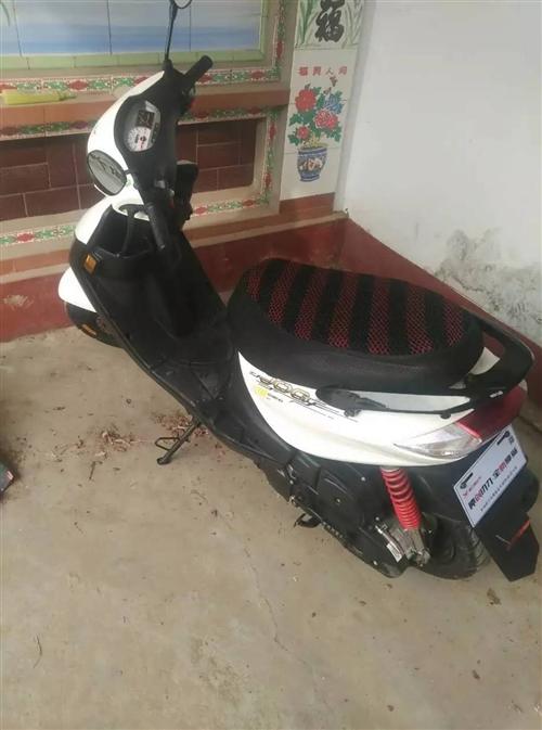 买的雅马哈机子的助力摩托,2年才骑啦2000多,平时基本不骑,4300买的,有需要的卖啦换个电动车给...