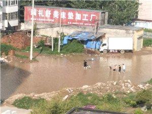 一场雨,大路变小河