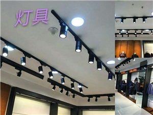 品牌店形象升级装修中,出售8.9成新:货柜、衣架、沙发、收款台、灯具、地砖、展台、模特,价格面议:1...