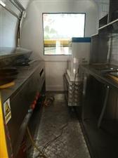 这是一款多功能美食车,里面可以经营烤,煎,炸,还可以摆放别的经营空间大,有个冰箱可以放很多东西,还是...