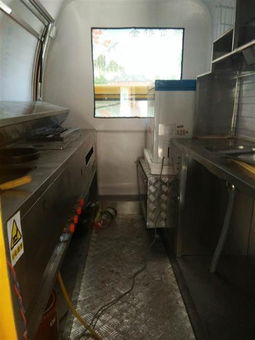 這是一款多功能美食車,里面可以經營烤,煎,炸,還可以擺放別的經營空間大,有個冰箱可以放很多東西,還是...