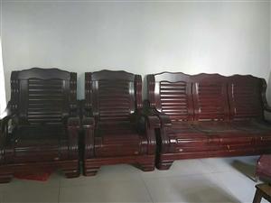 出售二手木质沙发,九成新,价格面议
