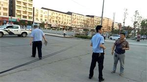 """前锋区:一货车挂断电线,城管被赞""""托举哥"""""""