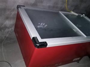 本人有玻璃盖的展示冰柜7成新的,600元。卧式大容量冰柜,8成新,900元。如果两个一起买,价格还可...