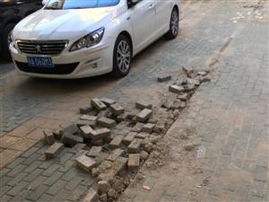 市政设施管理人员不为市民出行安全负责任好好的彩砖路都弄得乱糟糟的