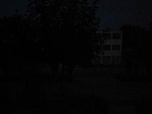 路灯好多天没亮了