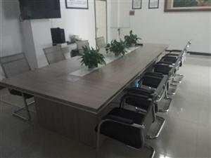 基本全新会议桌,1.4*3.6.无划痕。新款椅子十个,价格面议。地点在龙苑小区。