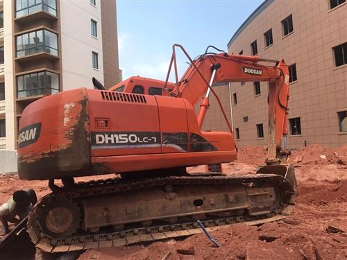 三台挖掘机