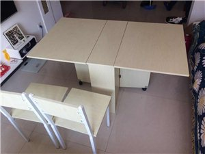 折叠 餐桌 书桌 椅子两把 板材的 9成新 家里有小宝宝的不建议入 椅子餐桌的棱角不圆滑 这也是转手...