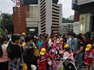 学校门口拥挤,交通拥挤,没有交警维护