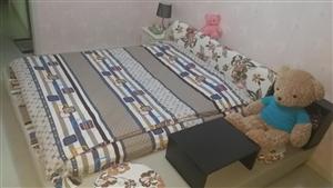 出售1.8米×2米的大床,副带床榻一套,九成新,使用一年左右,应换家具,现出售。价格面议,需要的联系...