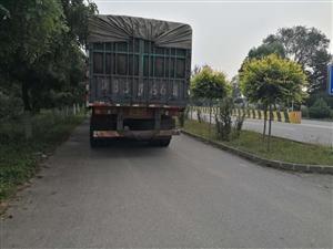 事故科南边100米,外地大货车逆行便道停车,影响正常同行