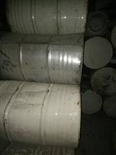 本人长期出售,大铁桶,塑料桶,塑料桶大小都有,里面非常干净,成的是食用品,无毒害,零售,批发均可,有...